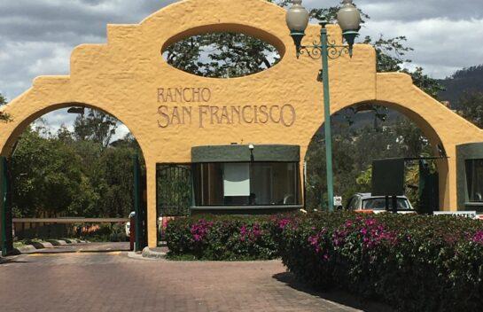 Terreno de venta en Cumbayá 1.003 m2 urbanización Rancho San Francisco, Miravalle